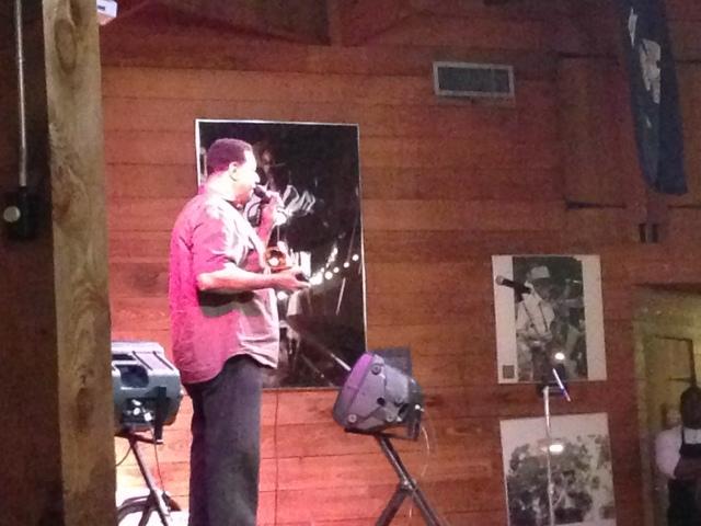 Musicien de zydeco Chubby Carrier avec son Grammy!